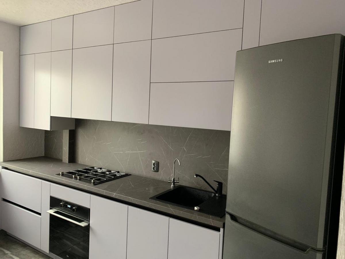 Сучасна дизайнерська кухня з фурнітурою Blum