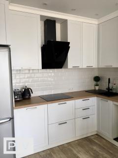 Класична кухня з білосніжними фасадами